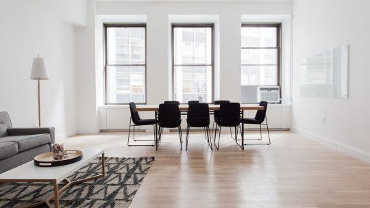 Nieuwe vloeren installeren - meubels verplaatsen